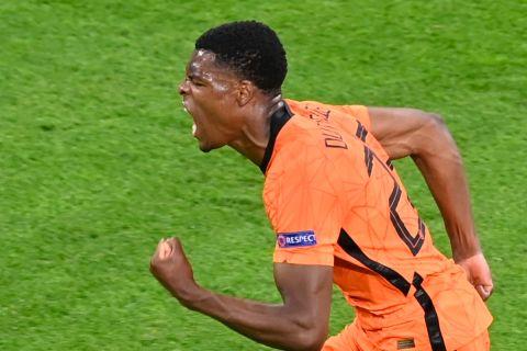 Ο Ντάμφρις πανηγυρίζει το νικητήριο γκολ στο Ολλανδία - Κροατία