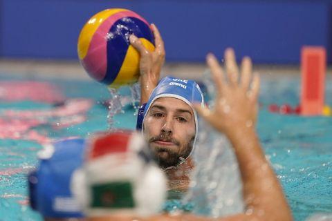 Ο Άγγελος Βλαχόπουλος της Ελλάδας σε στιγμιότυπο της αναμέτρησης με την Ουγγαρία για τη φάση των ομίλων του τουρνουά πόλο στους Ολυμπιακούς Αγώνες 2020, Τόκιο | Κυριακή 25 Ιουλίου 2021