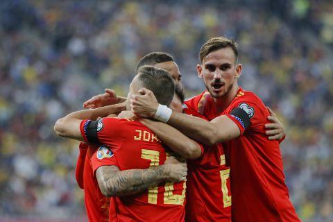 Οι παίκτες της Ισπανίας πανηγυρίζουν γκολ που σημείωσαν