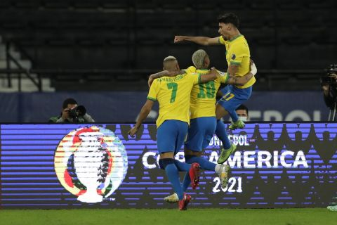 Οι Βραζιλιάνοι πανηγυρίζουν το γκολ που πέτυχαν στον αγώνα με τη Χιλή για τα προημιτελικά του Copa America