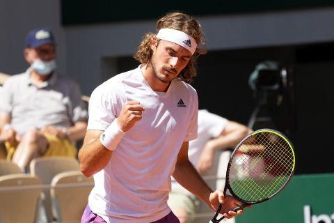 Ο Στέφανος Τσιτσιπάς πανηγυρίζει στο πλαίσιο της αναμέτρησης με τον Αλεξάντερ Ζβέρεφ για τα ημιτελικά του Roland Garros (11 Ιουνίου 2021