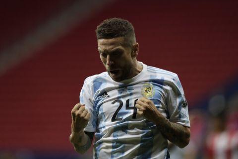 Ο Αλεχάντρο Γκόμες πανηγυρίζει το γκολ που πέτυχε στο Αργεντινή - Παραγουάη