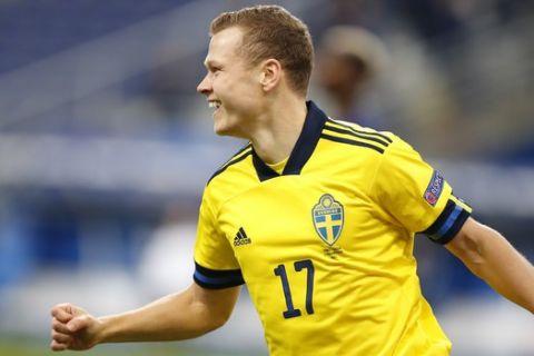 Ο Κλάεζον πανηγυρίζει γκολ της Σουηδίας κόντρα στη Γαλλία για το Nations League.