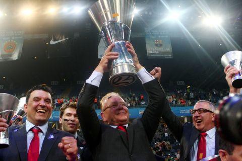 Ο Ντούσαν Ίβκοβιτς πανηγυρίζει το τρόπαιο της EuroLeague με την ΤΣΣΚΑ Μόσχας