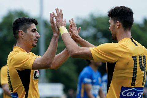 Πέτρος Μάνταλος και Χρήστος Αλμπάνης πανηγυρίζουν το γκολ του δεύτερου κόντρα στη Φιτέσε
