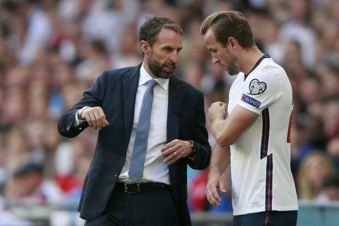 Ο Γκάρεθ Σάουθγκεϊτ δίνει οδηγίες στον Χάρι Κέιν σε αγώνα της Αγγλίας κόντρα στην Ανδόρα στο Γουέμπλεϊ για τα προκριματικά του Παγκοσμίου Κυπέλλου   5 Σεπτεμβρίου 2021