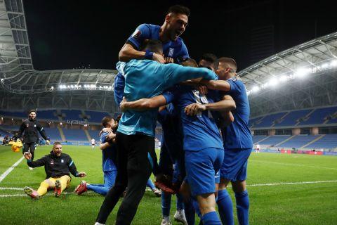 Οι παίκτες της Εθνικής πανηγυρίζουν γκολ κόντρα στη Γεωργία για τα προκριματικά του Παγκοσμίου Κυπέλλου.