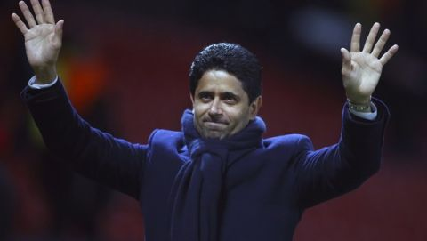 Ο Νάσερ Αλ Κελαϊφί χαιρετάει προς τους οπαδούς της Παρί μετά τη νίκη επί της Μάντσεστερ Γιουνάιτεντ