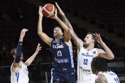 Ο Κώστας Σλούκας σε φάση από τον αγώνα Ελλάδα - Τσεχία στον τελικό του προολυμπιακού τουρνουά της Βικτόρια