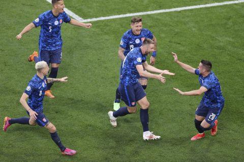 Οι παίκτες της Σλοβακίας πανηγυρίζουν το δεύτερο γκολ του Μίλαν Σκρίνιαρ