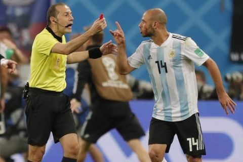 Argentina's Javier Mascherano, right, argues with referee Cuneyt Cakir during the group D match between Argentina and Nigeria, at the 2018 soccer World Cup in the St. Petersburg Stadium in St. Petersburg, Russia, Tuesday, June 26, 2018. (AP Photo/Ricardo Mazalan)