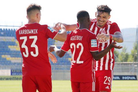 Οι παίκτες του Ολυμπιακού πανηγυρίζουν γκολ απέναντι στον Αστέρα για την 4η αγωνιστική της Super League Interwetten.