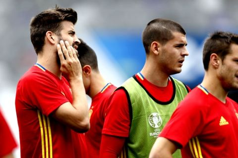 Spain's from left to right: Gerard Pique, Alvaro Morata, and Cesar Azpilicueta attend a training session at the Stadium Municipal in Toulouse, France, Sunday, June 12, 2016. Spain will face against Czech Republic in a Euro 2016 Group D soccer match in Toulouse on Monday, June 13. (AP Photo/Manu Fernandez)