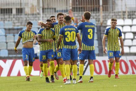 Οι παίκτες του Παναιτωλικού πανηγυρίζουν γκολ κόντρα στον ΠΑΣ Γιάννινα