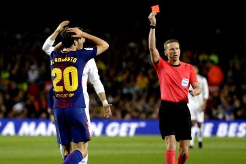 Referee Alejandro Jose Hernandez Hernandez shows a red card to Barcelona's Sergi Roberto, left, during a Spanish La Liga soccer match between Barcelona and Real Madrid, dubbed 'El Clasico', at the Camp Nou stadium in Barcelona, Spain, Sunday, May 6, 2018. (AP Photo/Emilio Morenatti)