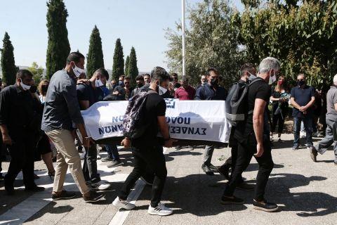 Η κηδεία του Γιάννη Ματζουράνη στο νεκροταφείο του Σχιστού