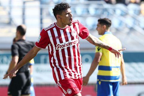 Ο Τικίνιο πανηγυρίζει γκολ στην αναμέτρηση του Ολυμπιακού με τον Απόλλωνα για την 1η αγωνιστική της Super League Interwetten.