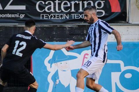 Ο Τσαμπούρης του Απόλλωνα Σμύρνης με τη μπάλα στην κατοχή του σε ματς για τη Super League 2