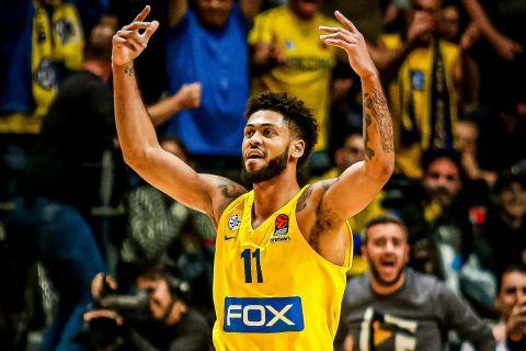 Ο Τάιλερ Ντόρσεϊ πανηγυρίζει σε φάση από αγώνα της Μακάμπι Τελ Αβίβ στη EuroLeague