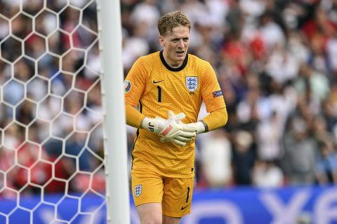 Ο Τζόρνταν Πίκφορντ με τη φανέλα της εθνικής Αγγλίας στον ημιτελικό του Euro 2020 απέναντι στην Δανία