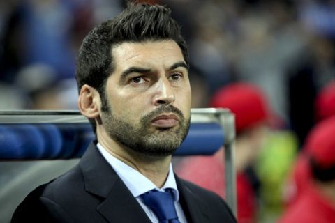 epa03919688 FC Porto's Portuguese head coach Paulo Fonseca during the UEFA Champions League Group G soccer match between FC Porto and Zenit St. Petersburg at Dragao stadium in Porto, Portugal, 22 October 2013.  EPA/JOSE COELHO