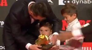 Λιονέλ Μέσι: Βραβεύτηκε από τους γιους του με το έκτο Χρυσό Παπούτσι