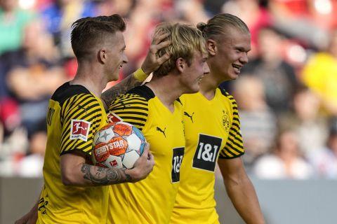 Οι παίκτες της Ντόρτμουντ πανηγυρίζουν γκολ που σημείωσαν κόντρα στη Μπάγερ Λεβερκούζεν