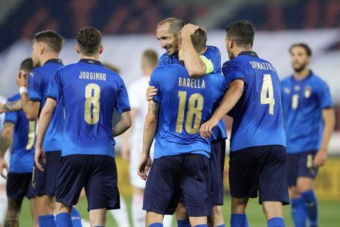 Οι παίκτες της Ιταλίας πανηγυρίζουν το γκολ του Νικολό Μπαρέλα