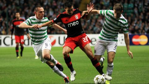 Benfica's Argentinian striker Nicolas Gaitan (C) competes with Celtic's Scott Brown and Adam Mathews during an UEFA Champions League group G football match on September 19, 2012 at Parkhead in Glasgow. AFP PHOTO / IAN MACNICOL        (Photo credit should read Ian MacNicol/AFP/GettyImages)