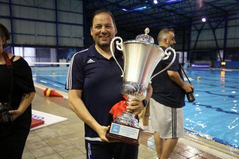 Ο Χάρης Παυλίδης με το τρόπαιο του πρωταθλήματος