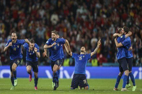 Οι παίκτες της Ιταλίας πανηγυρίζουν την πρόκριση επί της Ισπανίας στον τελικό του Euro 2020
