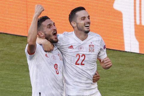 Οι Ισπανοί πανηγυρίζουν το πέμπτο γκολ που σημείωσαν κόντρα στην Σλοβακία