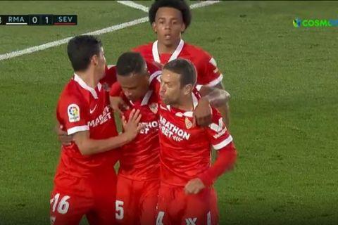Οι παίκτες της Σεβίλλη πανηγυρίζουν γκολ του Φερνάντο κόντρα στη Ρεάλ για τη La Liga.