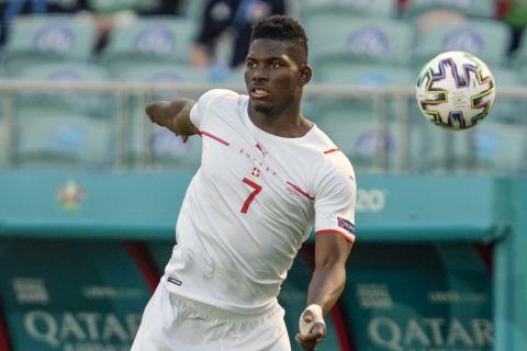 Ο Εμπολό κοντρολάρει την μπάλα στην αναμέτρηση της Ουαλίας με την Ελβετία για το Euro 2020.