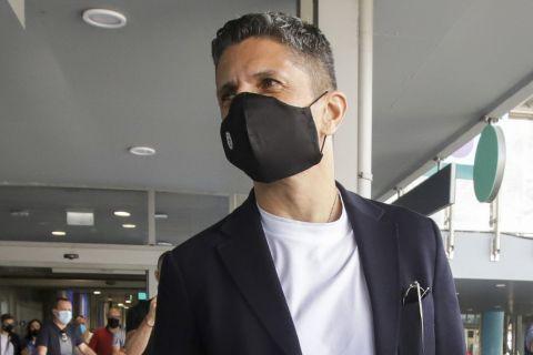 Ο Ραζβάν Λουτσέσκου κατά την άφιξή του στη Θεσσαλονίκη για τον ΠΑΟΚ.