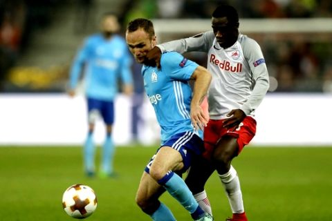 Salzburg's Diadie Samassekou, right, and Marseille's Valere Germain challenge for the ball during the Europa League semifinal second leg soccer match between FC Salzburg and Olympique Marseille in Salzburg, Austria, Thursday, May 3, 2018. (AP Photo/Matthias Schrader)