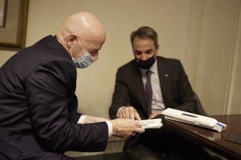 Ο Έλληνας πρωθυπουργός και ο πρόεδρος της FIFA αντάλλαξαν δώρο στο πλαίσιο της συνάντησής τους στις ΗΠΑ