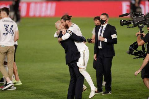 """Σέρχιο Ράμος και Ζινεντίν Ζιντάν πανηγυρίζουν αγκαλιασμένοι την κατάκτηση του πρωταθλήματος της σεζόν 2019/20. Ήταν ο 22ος και τελευταίος τίτλος του Ράμος με τους """"μερένγκες"""" (17/7/2020)."""