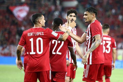 Ο Τικίνιο πανηγυρίζει γκολ με τον Ρόνι Λόπες στη Super League Interwetten