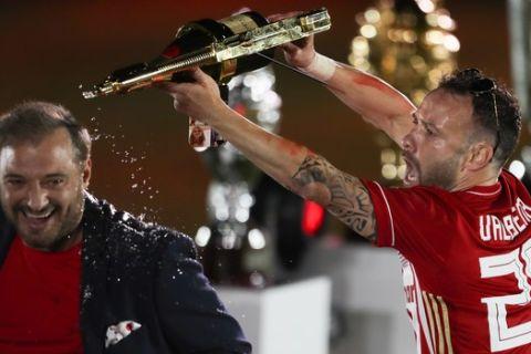 Ο Ματιέ Βαλμπουενά πανηγυρίζει την κατάκτηση του πρωταθλήματος