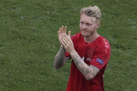 """Ο Σίμον Κιάερ χαιρετάει τους οπαδούς της Δανίας μετά τον αγώνα της εθνικής ομάδας της χώρας του με το Βέλγιο στο """"Πάρκεν"""" για το Euro 2020"""