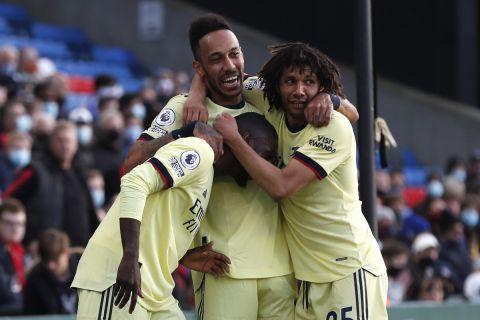 Οι Πεπέ, Ομπαμεγιάνγκ και Ελνένι πανηγυρίζουν γκολ της Άρσεναλ κόντρα στην Κρίσταλ Πάλας για την Premier League (19 Μαΐου 2021)