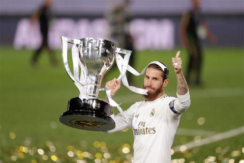 Ο Σέρχιο Ράμος με το τρόπαιο του πρωταθλήματος της σεζόν 2019/20, τον τελευταίο τίτλο που κατέκτησε με τη Ρεάλ Μαδρίτης (17/7/2020).