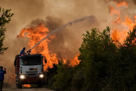 Στιγμιότυπο από τη φωτιά στη Σταμάτα