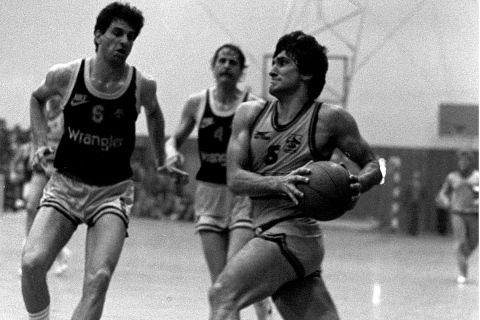 Ο Γιαννάκης με τον Αγιασωτέλη σε αγώνα ΑΕΚ - Άρης τον Απρίλιο του 1985