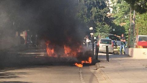 Ντου οπαδών της ΑΕΚ και φωτιά σε βαν που μετέφερε φίλους του ΠΑΟΚ