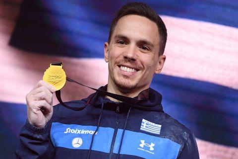 Ο Λευτέρης Πετρούνιας ποζάρει με το χρυσό μετάλλιο