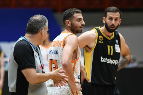 Ο Ανδρέας Χριστοδούλου με τον Βλάντο Γιάνκοβιτς σε αγώνα Προμηθέας - ΑΕΚ