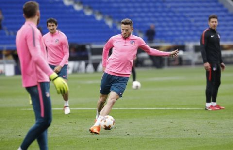 Atletico Madrid's Saul, center, controls the ball during a training session at the Groupama stadium in Decines, outside Lyon, central France, Tuesday May 15, 2018. Atletico Madrid will play Marseille in the Europa League final on Wednesday. (AP Photo/Laurent Cipriani)