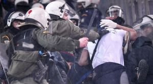 Με ρόπαλα στα χέρια στο κέντρο της Αθήνας οπαδοί της Ντινάμο! (VIDEO)